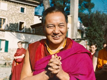 (15250_ng.psd) Lama Yeshe addressing western monks and nuns at Istituto Lama Tsongkhapa, Italy, 1983. Photos donated by Merry Colony.